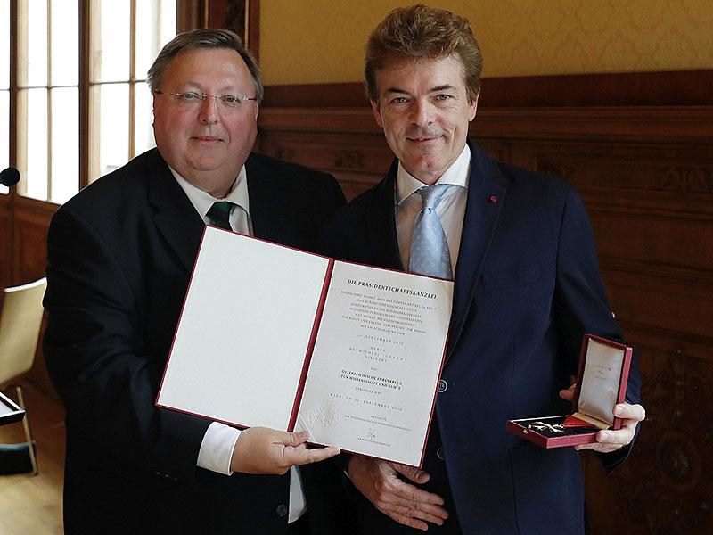 Lessky erhält Österreichisches Ehrenkreuz überreicht durch Reinhold Hohengartner